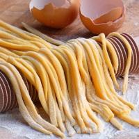 Spaghetti all'uovo fatti in casa alla ricerca della farina perduta